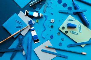 Schulmaterial auf blauem Hintergrund